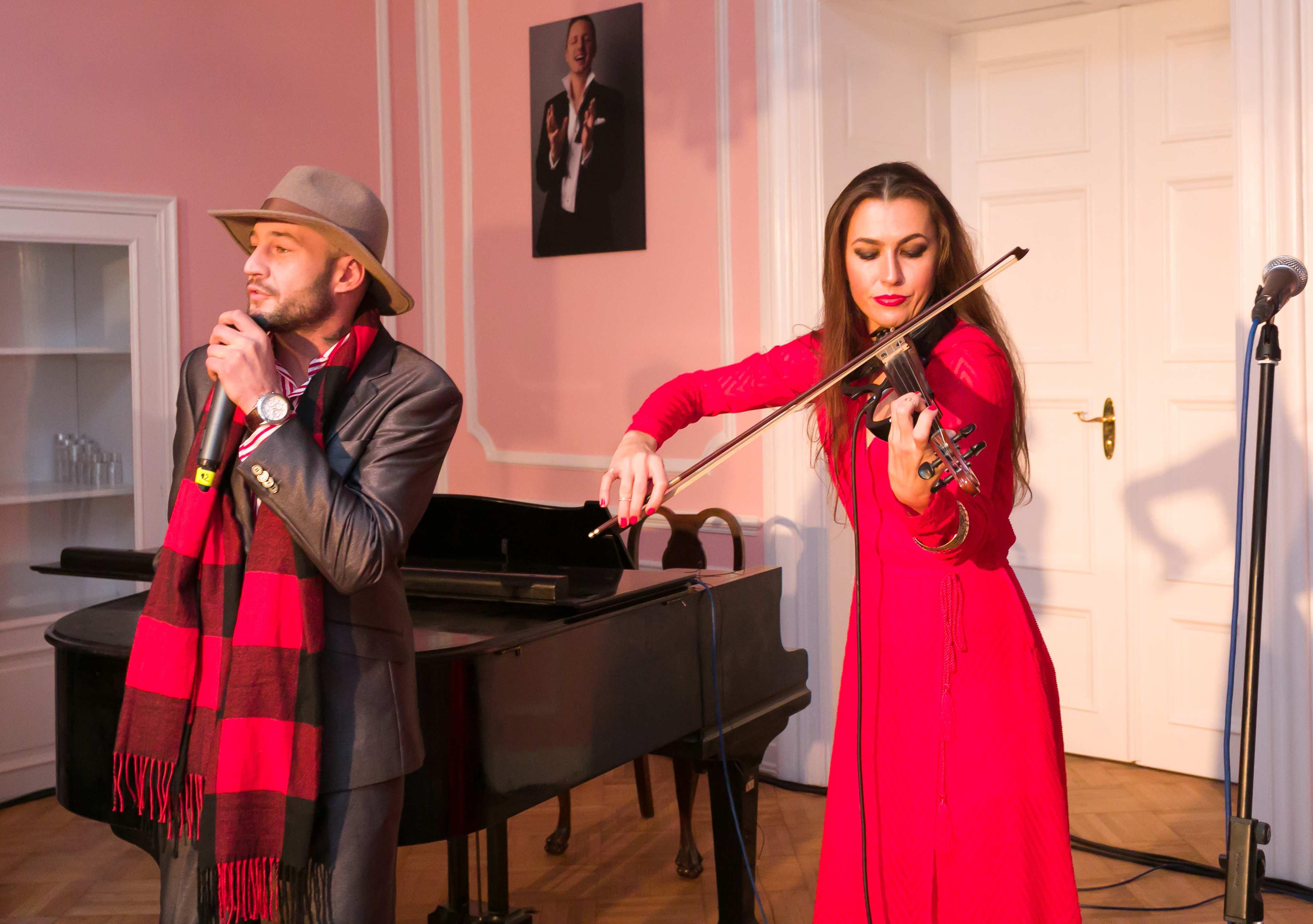 Zpěvák Sámer Issa zazpíval za houslového doprovodu.