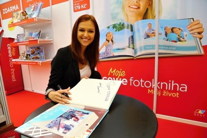 Svou vlastní CEWE FOTOKNIHU si vytvořila česká Miss World 2013 Lucie Kovandová.