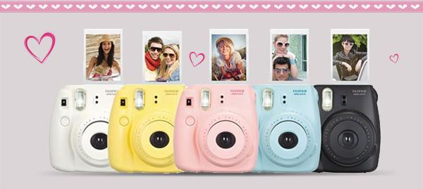 Fotoaparáty Instax mini v různých barvách.