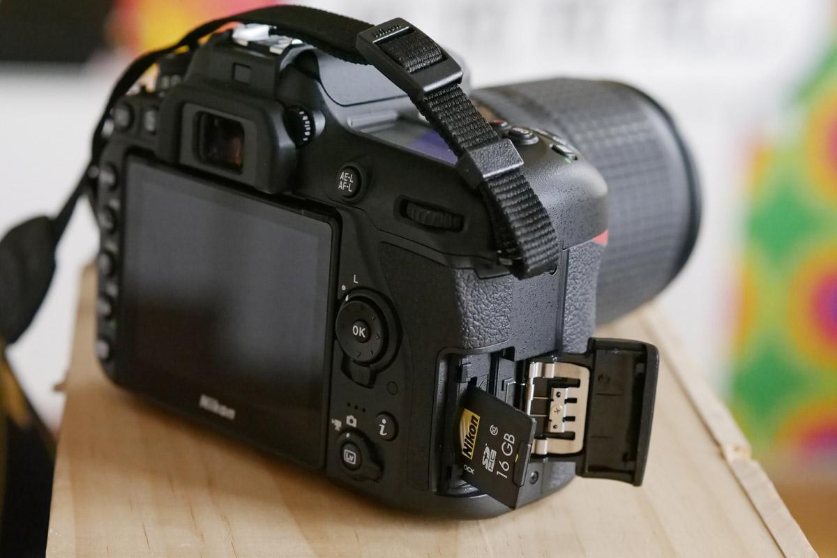 Nikon D7500 slot na kartu