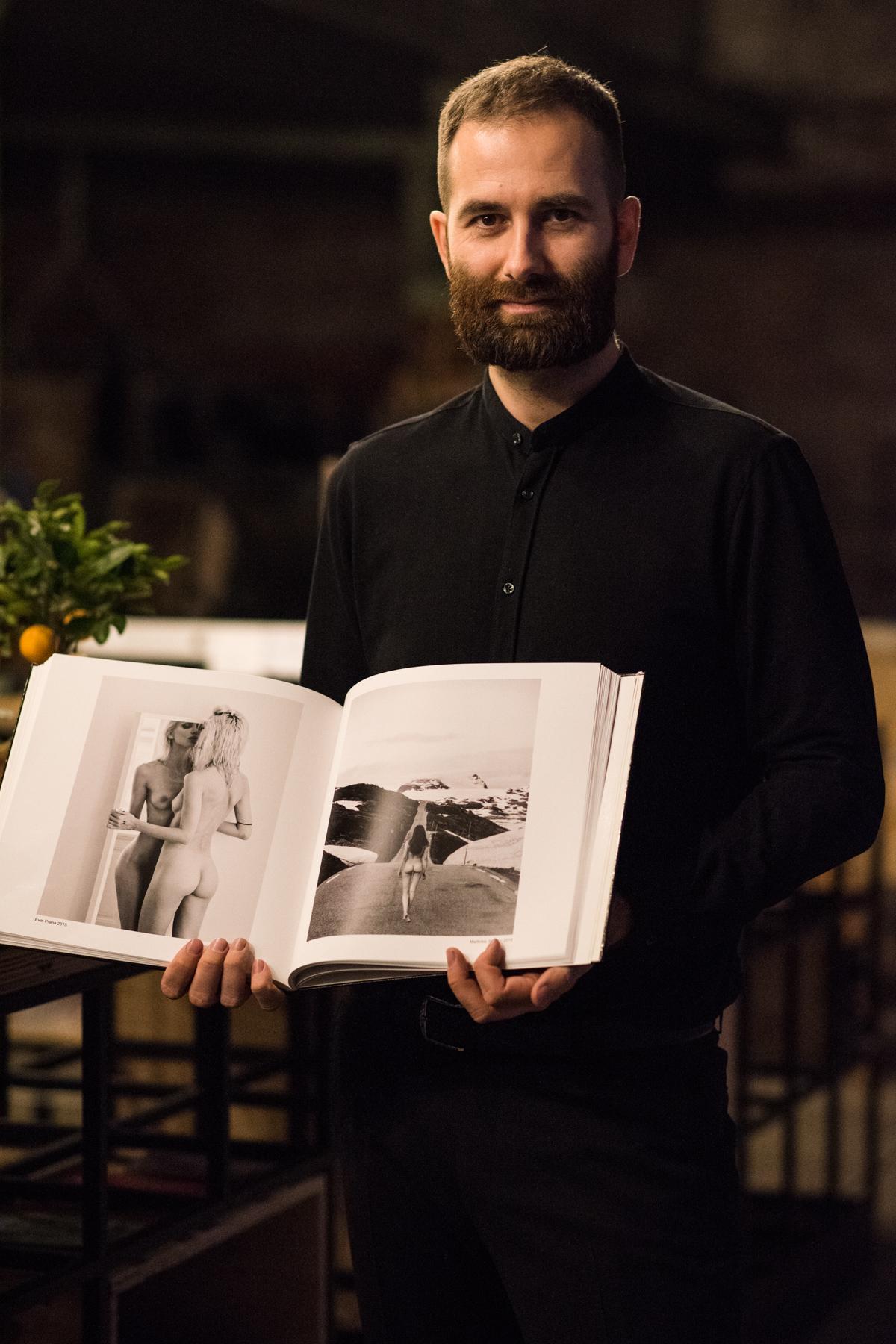Fotograf Lukáš Dvořák na vernisáži své výstavy v pražském Vnitroblocku. Výstava trvá do 23. 4. 2017.