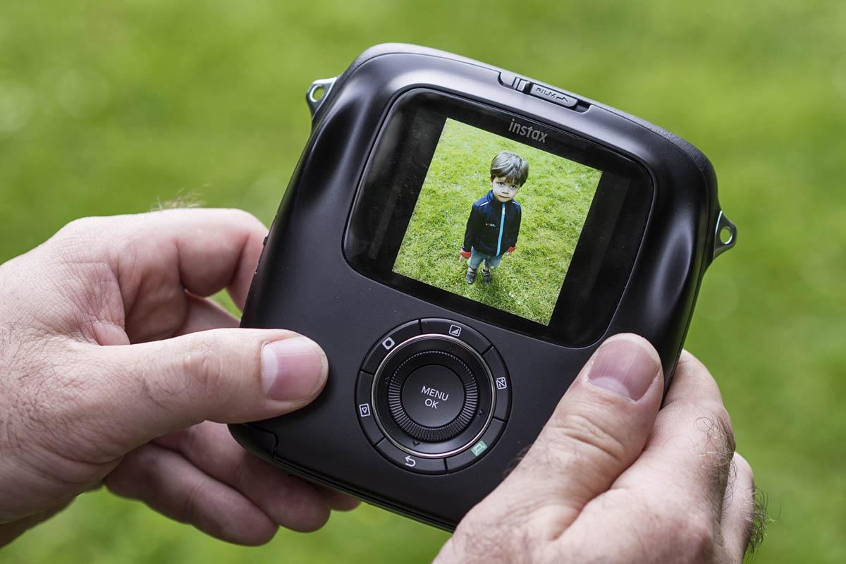 Kluk na displeji Fujifilm Instax SQ10