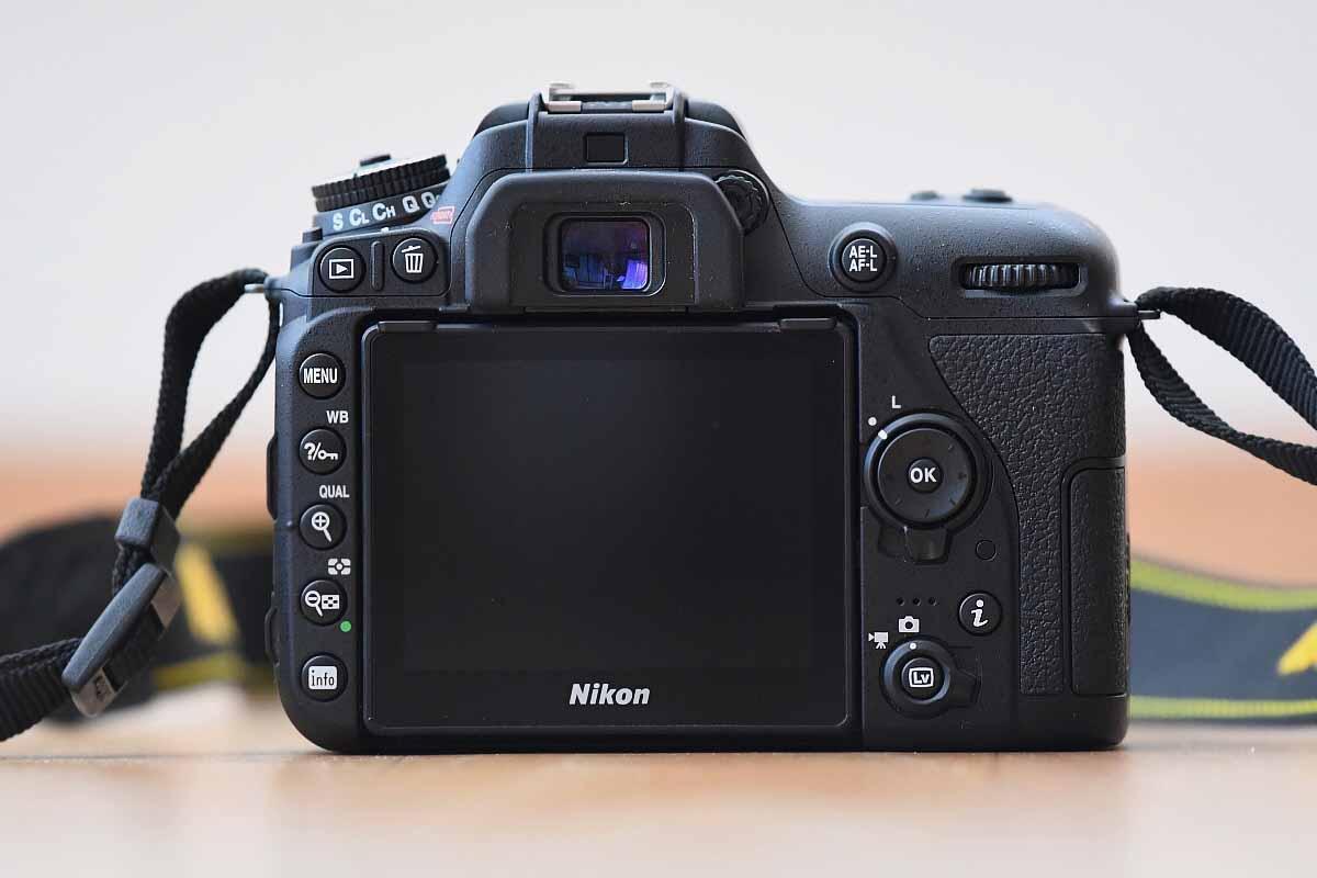 Nikon D7500 recenze zadní strana a displej