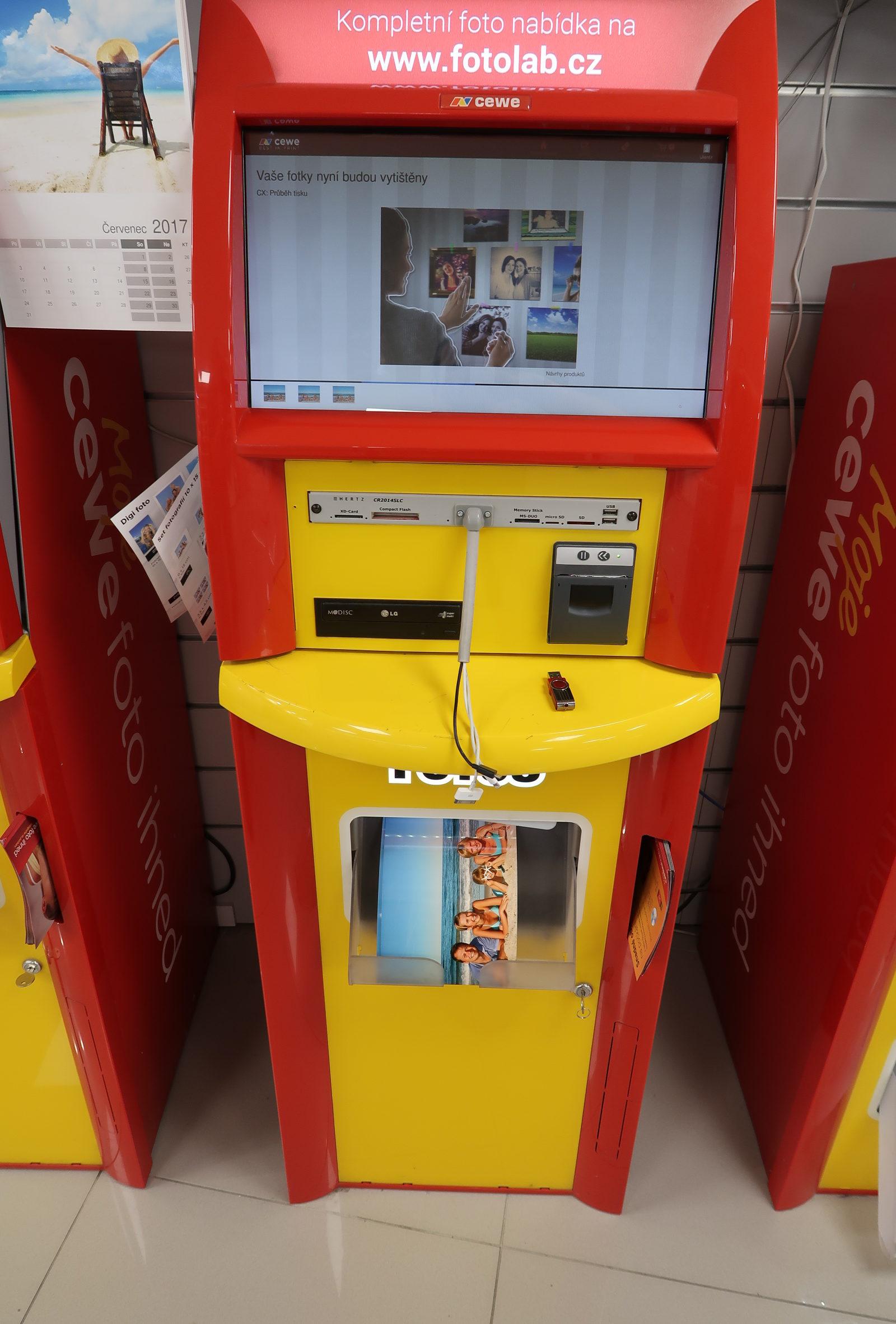Tisk fotografií na počkání na fotokiosku na prodejnách FOTOLAB