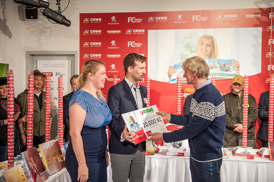 Vítěz kategorie v soutěži CEWE FOTOKNIHA roku přebírá cenu od Jana Šibíka.