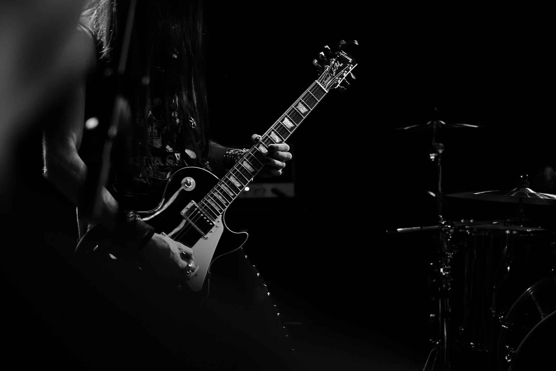 Fotka kytaristy na koncertě