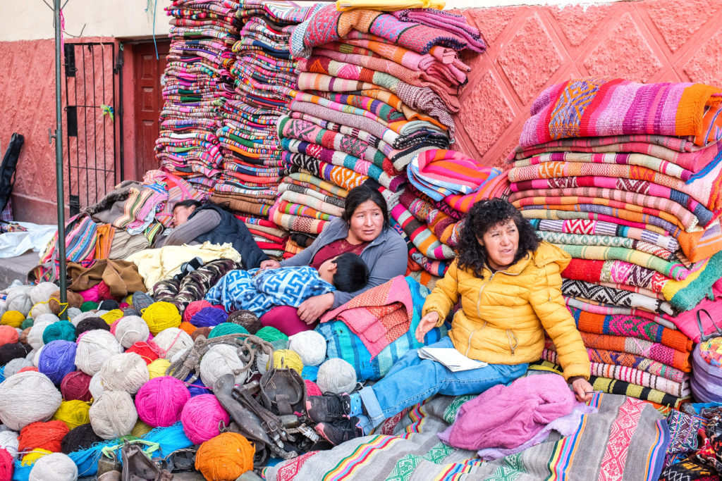 Místní obchod s textilem, pravděpodobně z vlny alpaky
