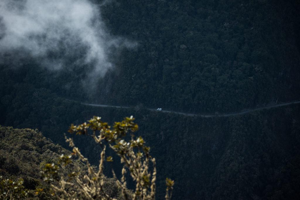 Úzká cesta podél hory cestou do Amazonie