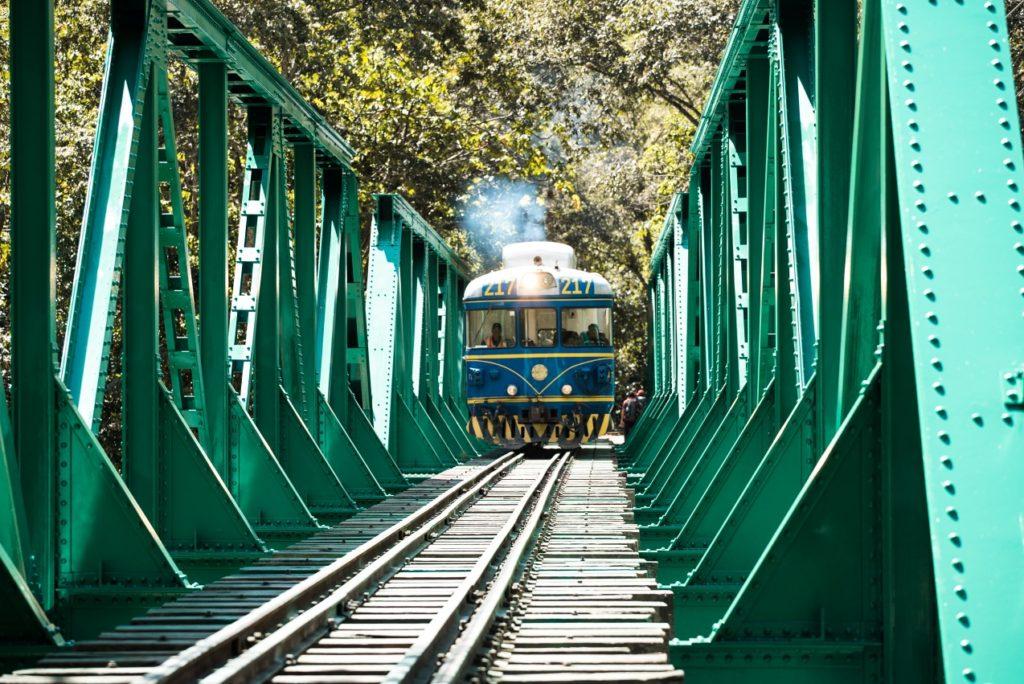 Někdy jsme museli přejít po kolejích i takový most