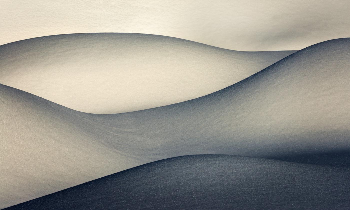 Sněhové závěje, Jizerské hory. D600, Nikon 17-35mm f/2,8 AF-S, clona f/11, čas 1/800, ohnisko 150 mm.
