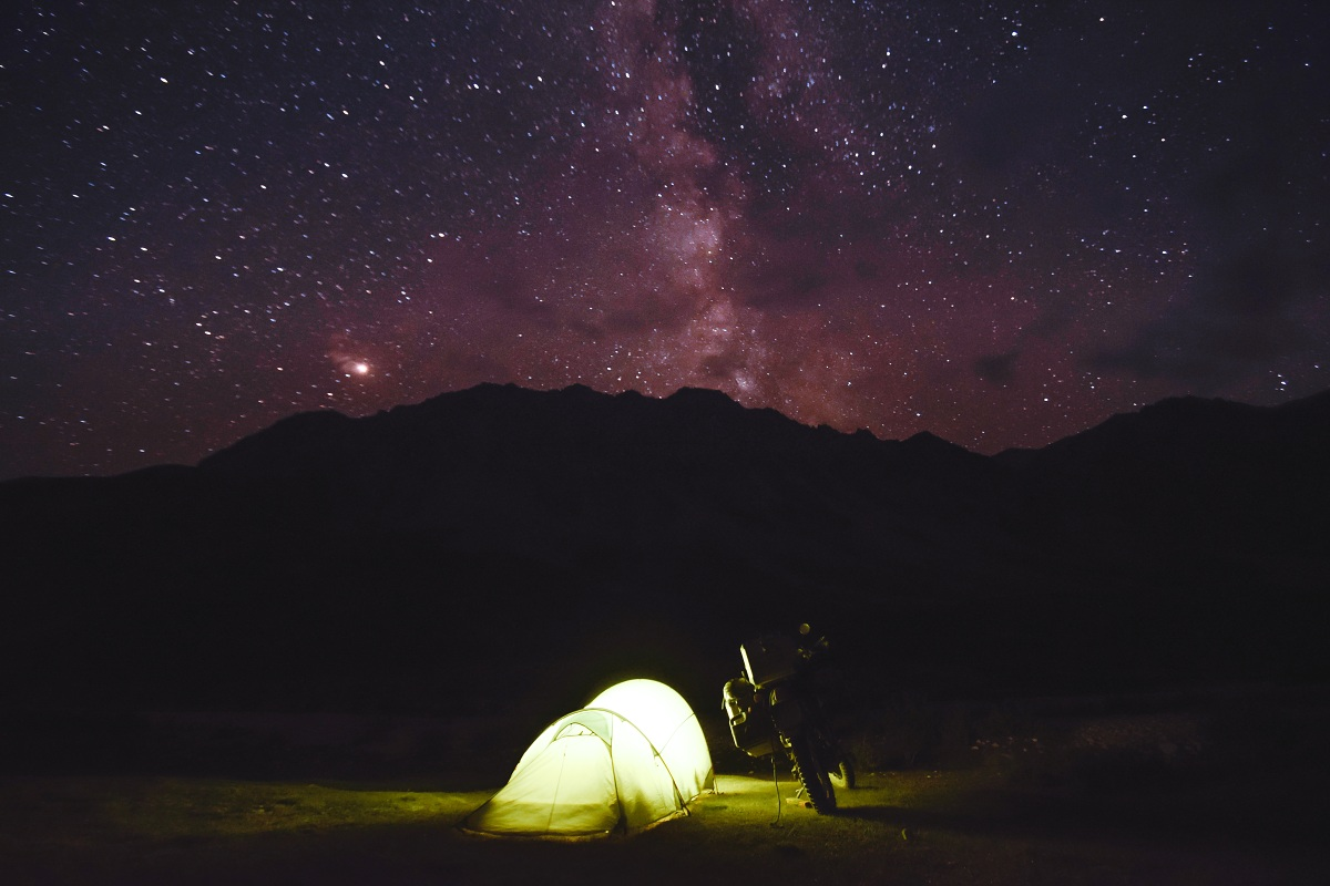 Hvězdná obloha nad majestátným Pamírem. Strávit noc na takovém místě je sen každého dobrodruha.