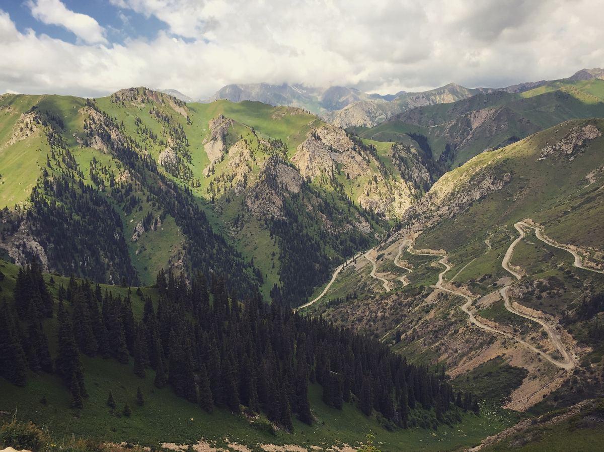 Kyrgyzské hory jsou krásné ale drsné. Cesta do Oše je náročná.