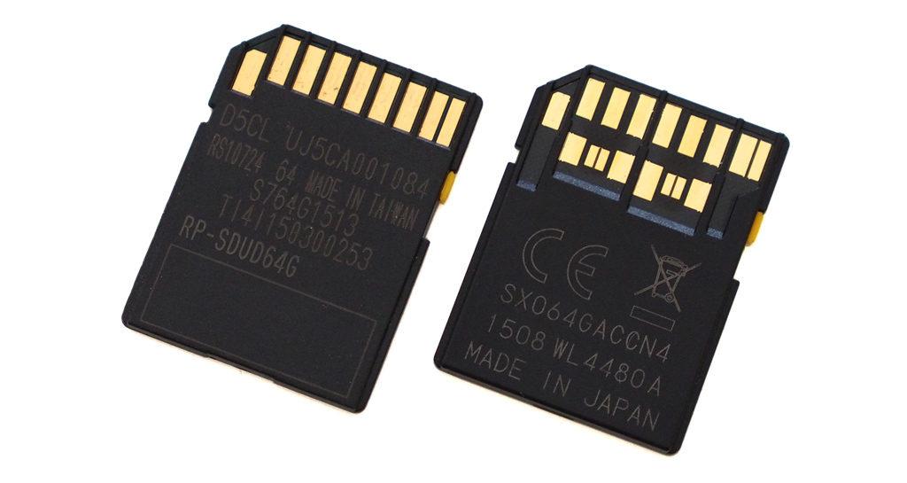 Rozdíl mezi paměťovými kartami UHS-I (vlevo) a UHS-II (vpravo) není jen v rychlosti, ale také v počtu kontaktů na zadní straně karty