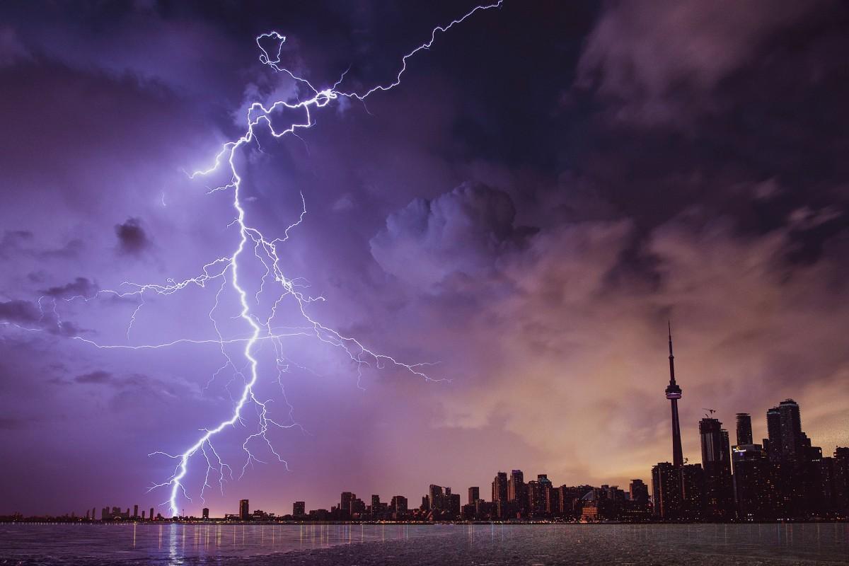 Blesky a bouřka nad městem