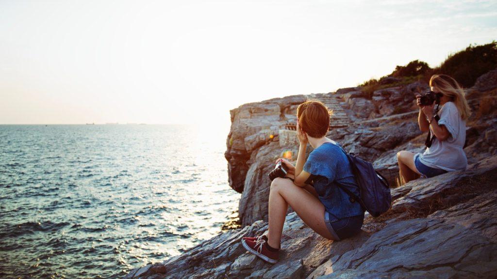 Dívky fotografující se na výletě u moře-2