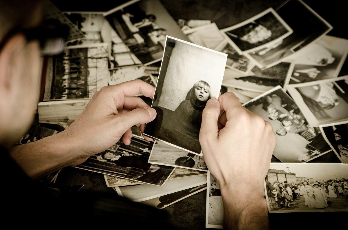 Fotograf prohlížející si své snímky
