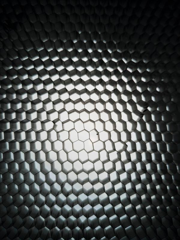 černobílá abstraktní fotografie aluminium