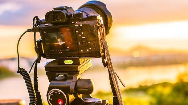 fotoaparát na stativu zachycující krajinu 610