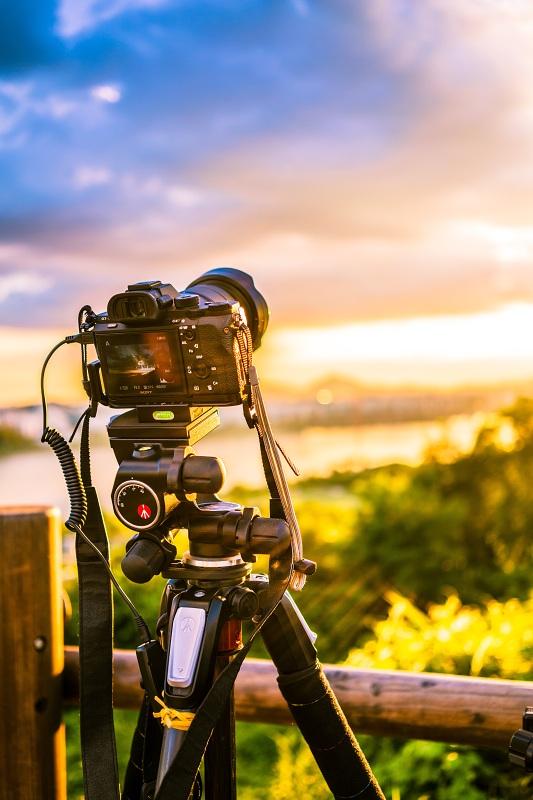 fotoaparát na stativu zachycující krajinu