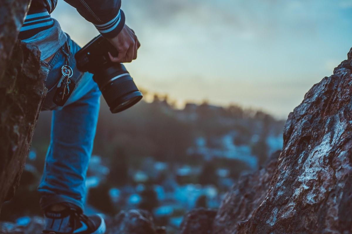fotograf na výšlapu v horách