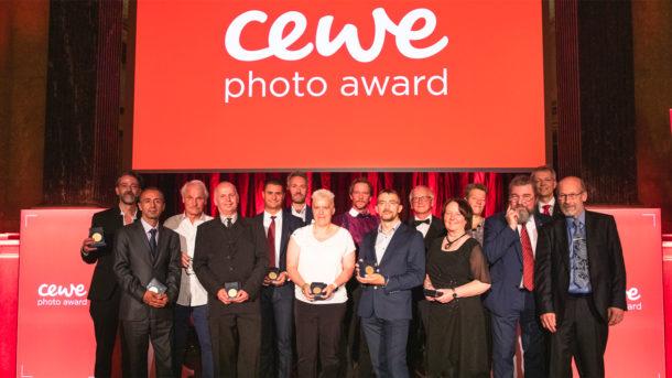 CEWE Photo Award. Autoři vítězných fotografií a porotci na jednom pódiu. září 2019, Vídeň.