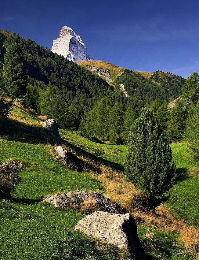Trek kolem Matterhorn, Walliské Alpy, Špička Matterhornu - nad loukami u vesničky Furi
