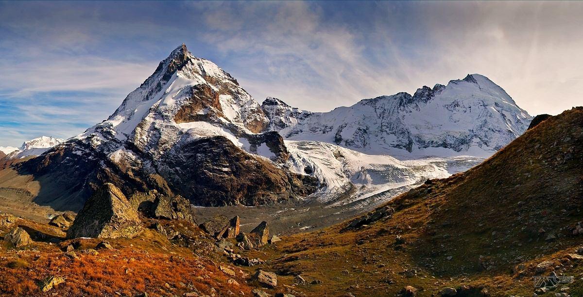 Trek kolem Matterhorn, Walliské Alpy, Severní stěna Matterhornu s hřebenem směřujícím k vrcholu Dent d´Hérens 4171m.