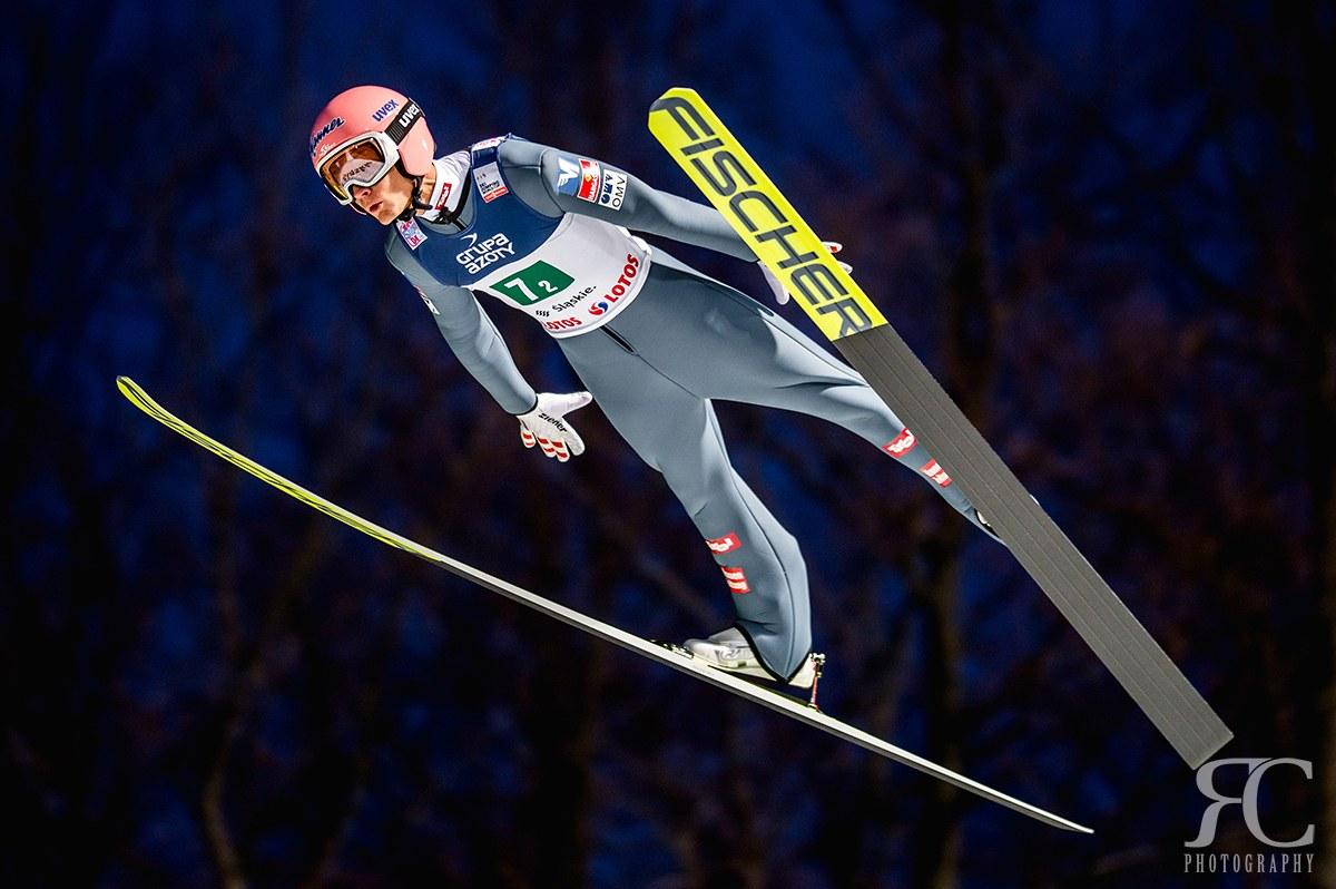 Fotografie z nočního závodu Světového Poháru ve skocích na lyžích. Použitý objektiv Sigma 135mm f/1,8 DG HSM ART.
