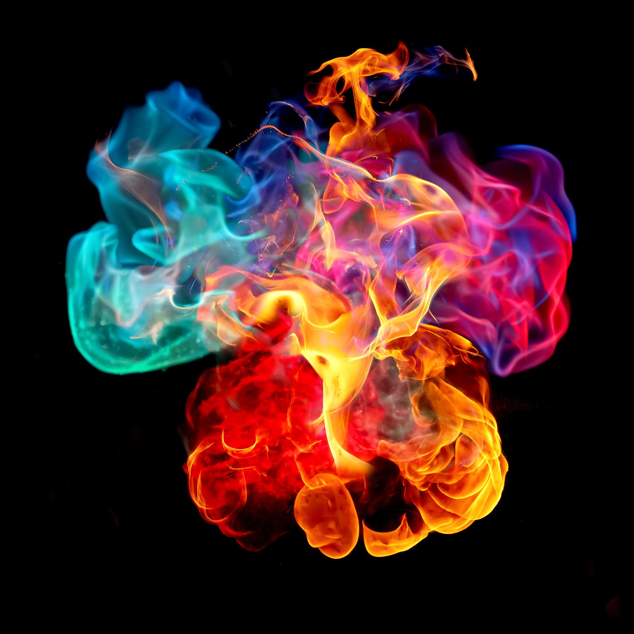 Nikon Z7, 1/8000, ISO 3200 Výsledná fotografie barevného ohně: zelená - měď, červená - stroncium, fialová - lithium
