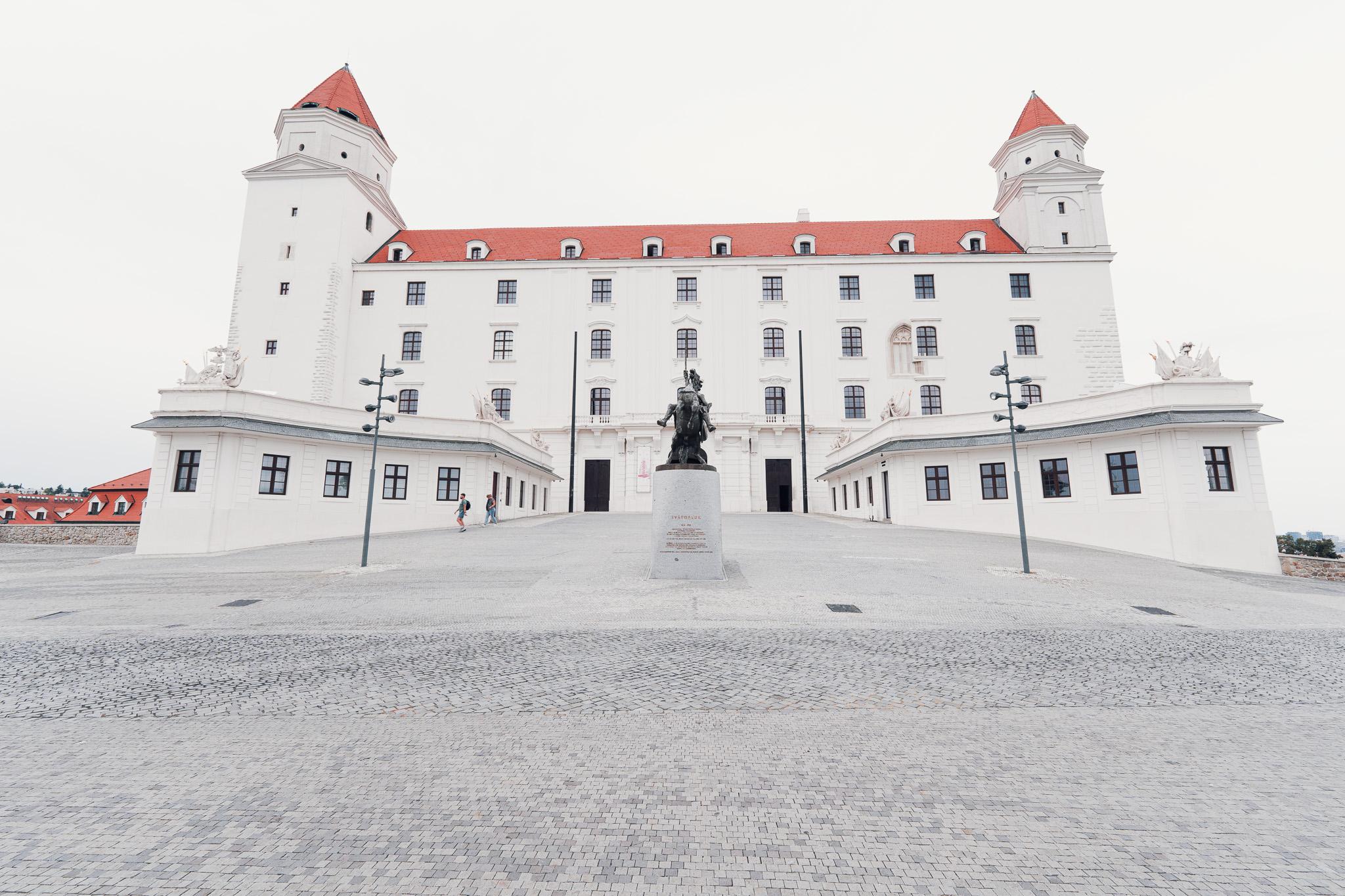 Bratislavský hrad a jeho nádvoří, v popředí je socha Svatopluka